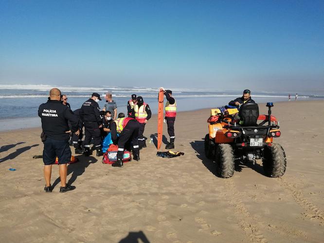 Rádio Regional do Centro: Auxiliados dois tripulantes de embarcação que encalhou na praia do Cabedelo